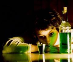 ...симптомы абсентизма кажутся схожими с алкоголизмом. Галлюцинации, беcсонница, тремор...