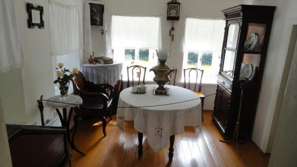 Эта комната одновременно служила гостиной, столовой и рабочим кабинетом отца
