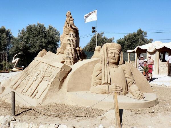 Песчаная скульптура: Генрих Мореплаватель, статуя Свободы и Пизанская башня
