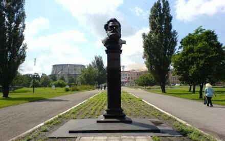 Памятник Алексею Кирилловичу Алчевскому возле Алчевского металлургического комбината