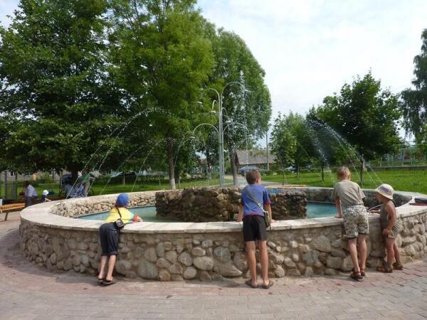 Дети в сквере у фонтана