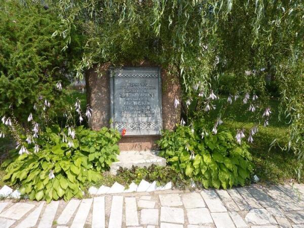 Памятный камень поэту К. Вереницыну у Краеведческого музея