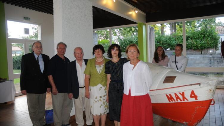 У лодки МАХ-4 в Морском музее гости из России и хозяева встречи, август 2010 г.