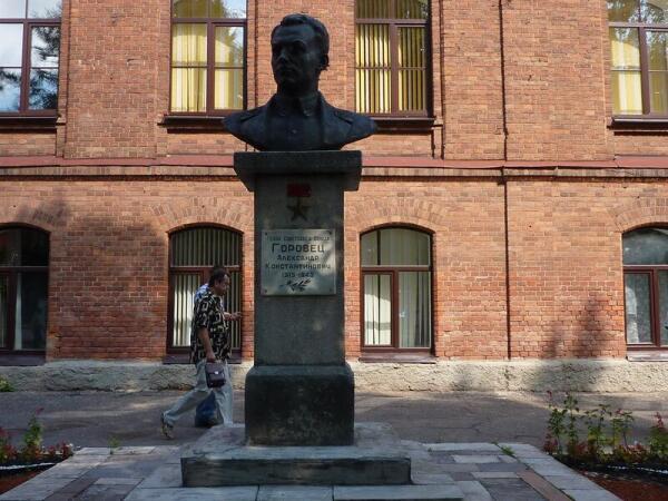 Бюст летчику  А.К. Горовцу, сбившему в одном бою 9 фашистских самолетов