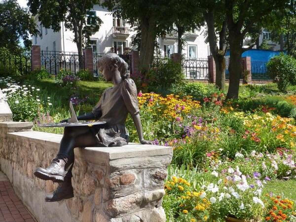 Скульптура девочки в саду Детского музея
