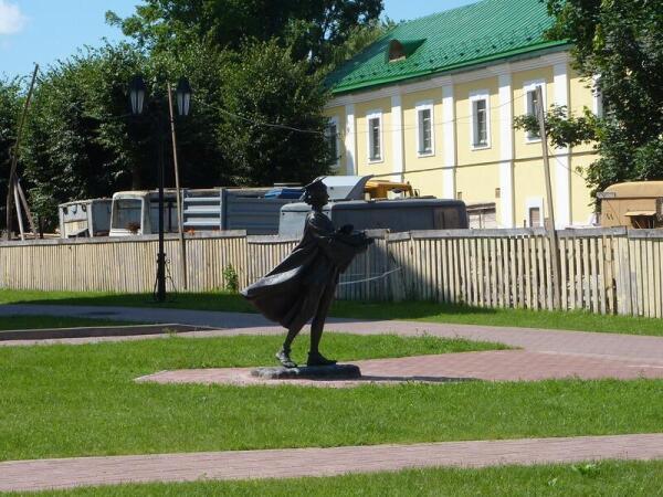 Куда спешишь, студент? Скульптура  во дворе Иезуитского коллегиума
