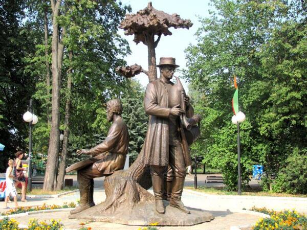 Марийские волынщик, гусляр и барабанщик украшают одну из площадей Йошкар-Олы