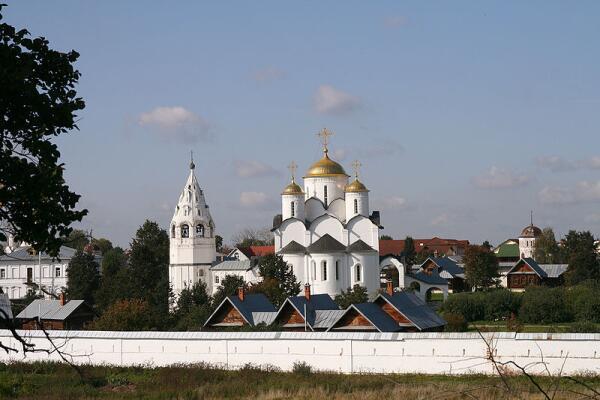 Покровский собор с колокольней, Покровский монастырь, Суздаль. Вид с противоположного берега Каменки