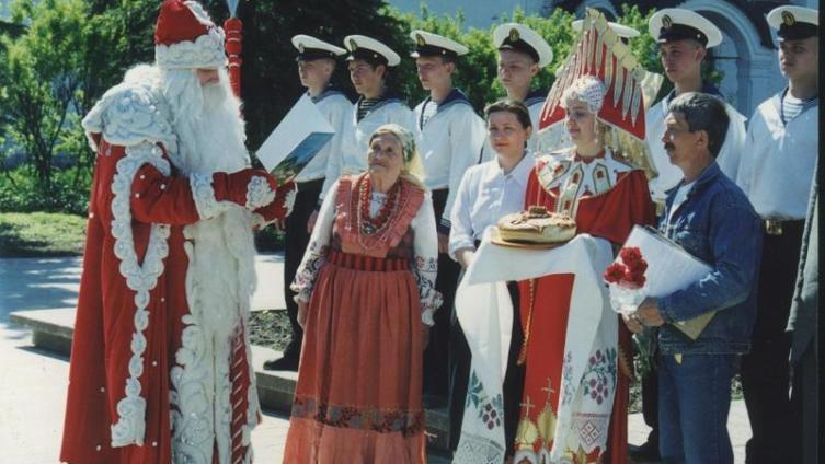 Дед Мороз приветствует Меньшикова на проводах в Великом Устюге