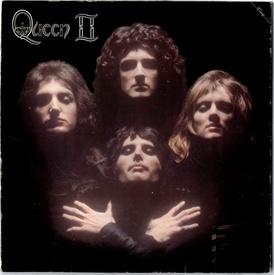 Обложка диска «Queen II» (1974), образы которой будут продублированы в клипе «Богемная рапсодия»