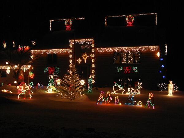 Рождественские декорации у небольшого домика