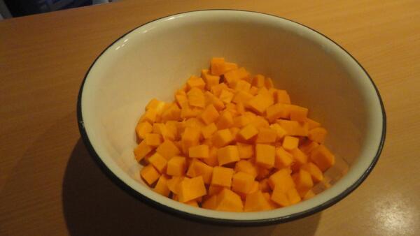 Срезаем с тыквы кожуру и режем кубиками