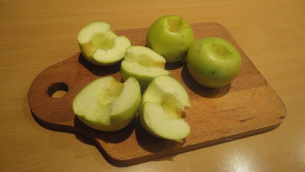 У яблок вычищаем сердцевину