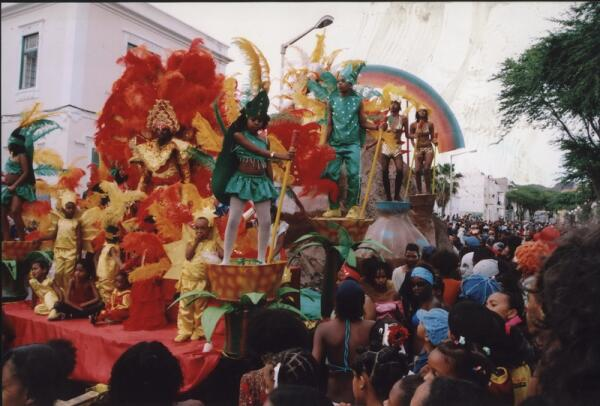 Карнавал в Минделу-главное шествие
