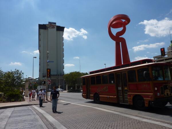 Еще один вид «Факела дружбы» и городской оригинальный автобус.