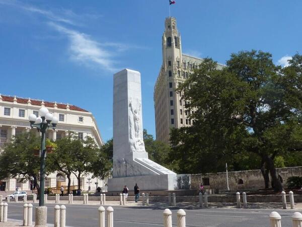Монумент «Кенотаф» на площади Аламо.На заднем плане - отель Эмили Морган.