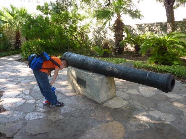 Старинное орудие в крепости