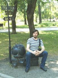 Автор статьи и Колобок в Донецком парке кованых фигур