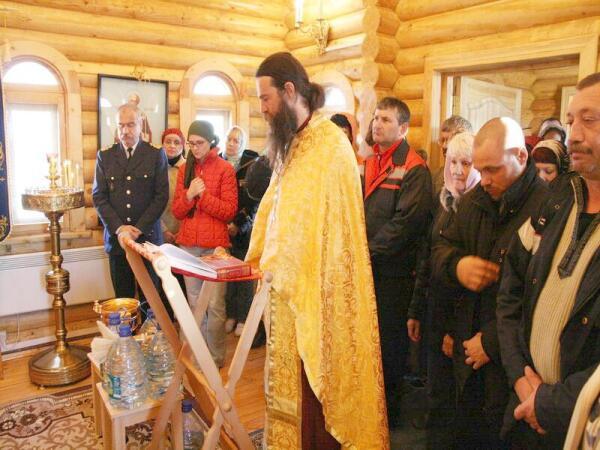 Отец Дмитрий ведет литургию в часовне порта Варандей