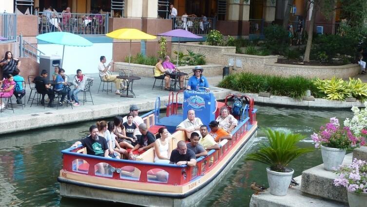 Прогулочная набережная River Walk и «баржа» с туристами