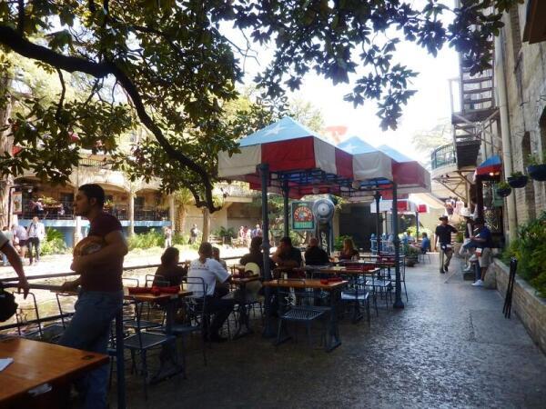 Многочисленные кафе на  набережной  River Walk