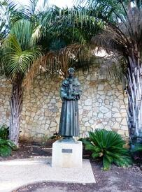 Статуя Святого  Антония из Падуи на набережной River Walk