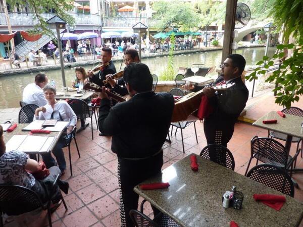 Музыканты у итальянского ресторана