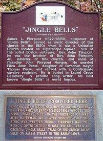 Памятные доски в Саванну, штат Джорджия (вверху) и Мэдфорде, штат Массачусетс (внизу). Обе удостоверяют, что родина «Jingle Bells» именно здесь