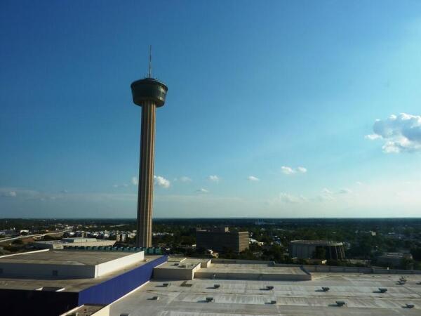 Вид на башню с 5 этажа гостиницы Гранд  Хайят, круглое здание - федеральный суд