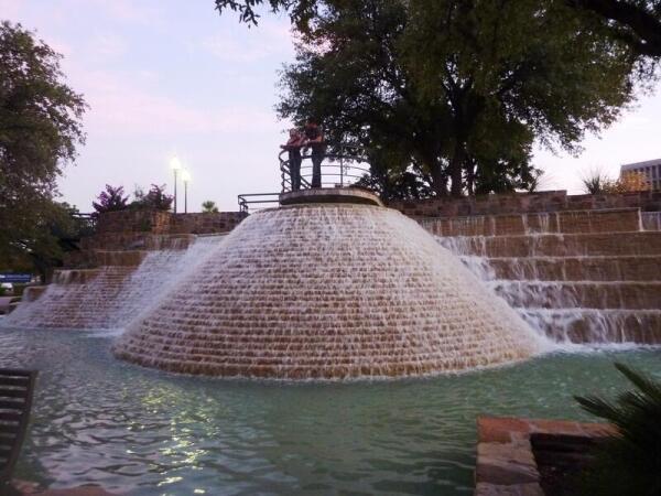Один из оригинальных фонтанов в парке
