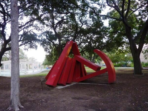 Современная скульптура - чем не «серп и молот»?