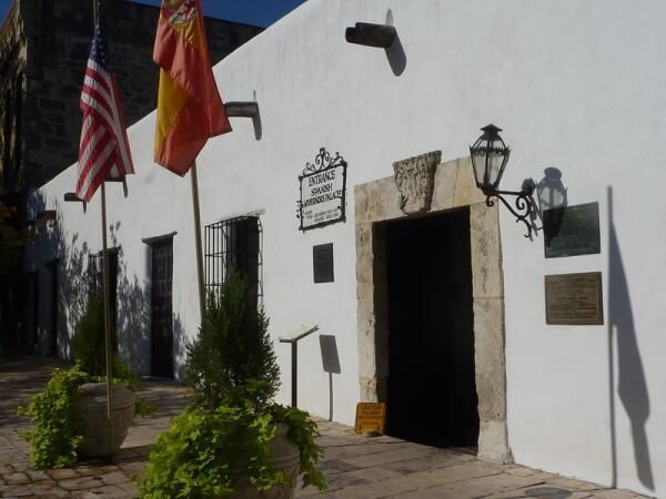 Вход в такой скромный Дворец испанского губернатора