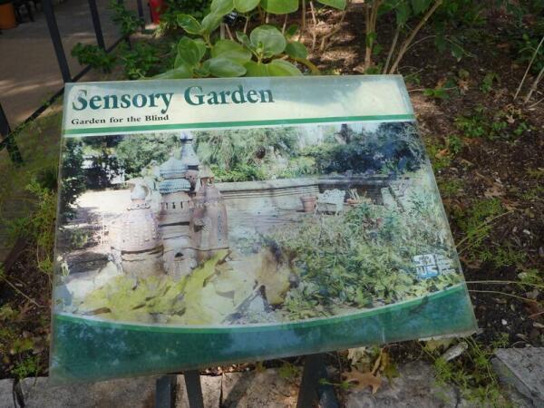 Стенд у входа в Сенсорный сад