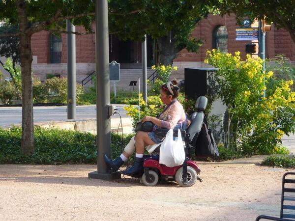 На Главной площади Сан-Антонио есть   два пункта для подзарядки  аккумуляторов электроколясок