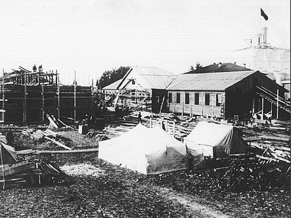 1936 год. Будущий Северодвинск строится. Виден красный флаг на кресте Никольской церкви.