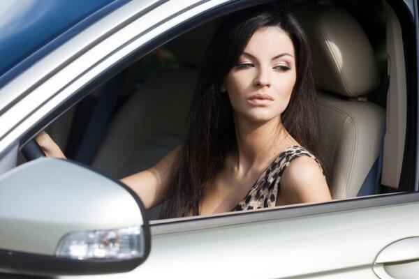 Девушка за рулем авто фото