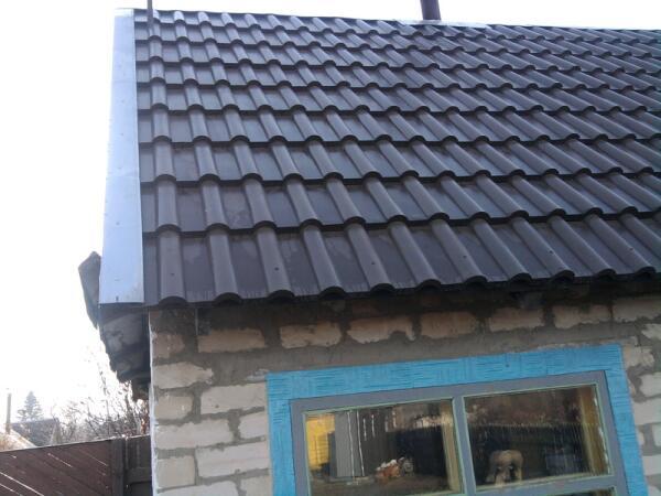 С краев крыши  оцинкованные уголки
