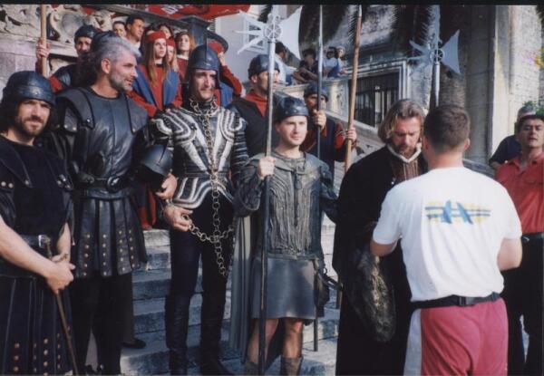 Закованный в цепи Марко Поло и слева от него  потомок Миховил Деполо