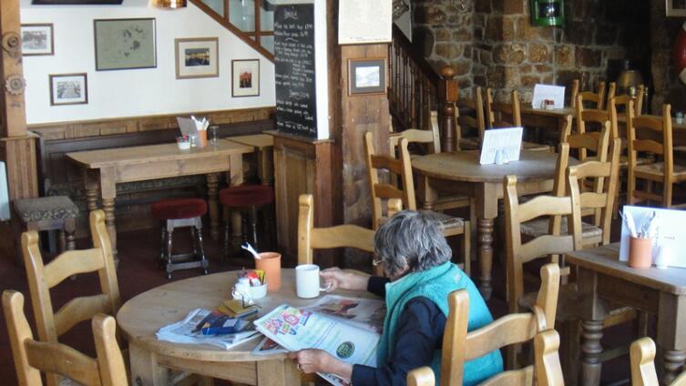В паб можно придти, чтобы просто почитать газету за чашкой кофе