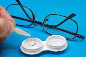 Стоит ли менять очки на контактные линзы?