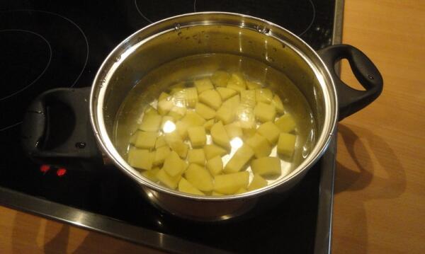 Чистим картошку, режем её кубиками, закладываем в кастрюлю