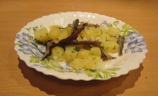 К отварной картошке с корюшкой - пару ложек растительного масла, лук и зелень, чуток присолили...