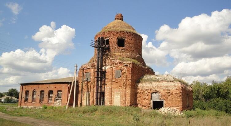 На южном и северном фасадах храмовой части сохранились рельефные колоннады