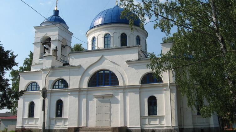 Южный фасад церкви. Арочные углубления над проемами площадки звонов вытянуты и чуть заострены к верху