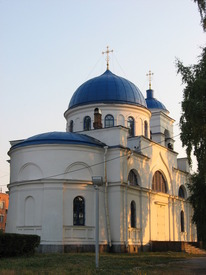 Купол церкви по форме напоминает шлем древнерусского витязя. На переднем плане - алтарная апсида