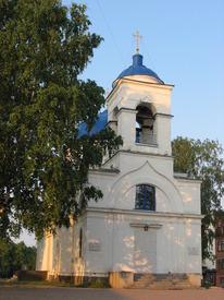Западный фасад церкви. Углубленная арка над главным входом