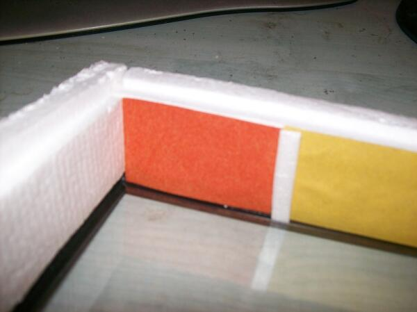 Оклеиваем стенки короба бархатной бумагой