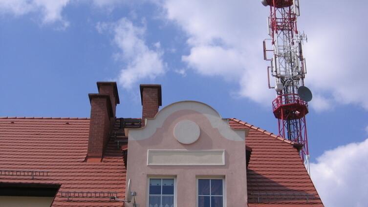 Станция сотовой связи на крыше - зло или благо?