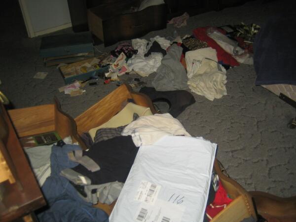 Грабитель досконально обследовал все ящики в спальне