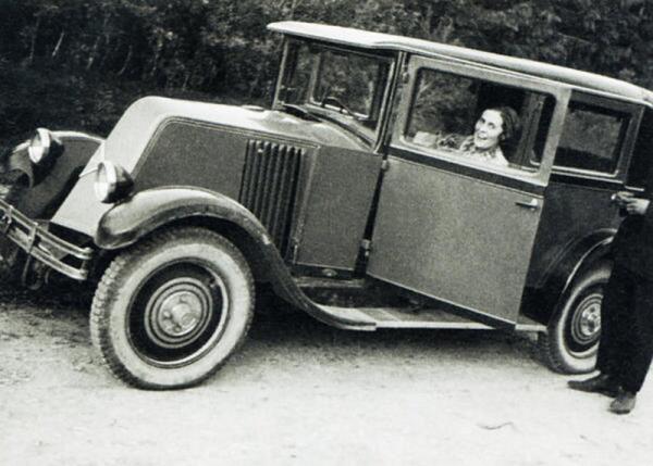 Лиля Брик на автомобиле, подаренном ей Маяковским
